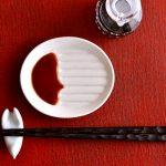 お醤油用にナイスアイデア☆斜めになってスリットがついている小皿「斜め小皿」