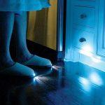 夜間の足元もこれで安心☆LEDが内蔵された明かり付きスリッパ「Bright Feet」