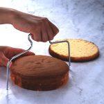 ケーキ作りの強い味方☆ スポンジケーキをスライスする補助グッズ「ケーキスライサー」