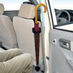 車の中で置き場所に困る傘を収納☆ 蛇腹式で使わないときはコンパクトにたためる「車用傘ホルダー」