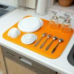洗った食器を並べてスタイリッシュ☆ しっかりとした吸水性で水切りを促進する「水切りマット」