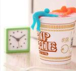 カップ麺に乗せてキュート☆ みんなに見せびらかしたいカップ麺のフタを押さえる「カップメン」