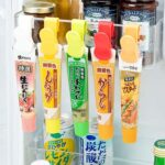 冷蔵庫で転がしてしまうチューブものをスッキリ整理☆ チューブを挟んで引っ掛けることができる「カラフルチューブクリップ」