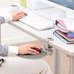 机上のスペースを確保☆ スライドして収納できる「マウステーブル」
