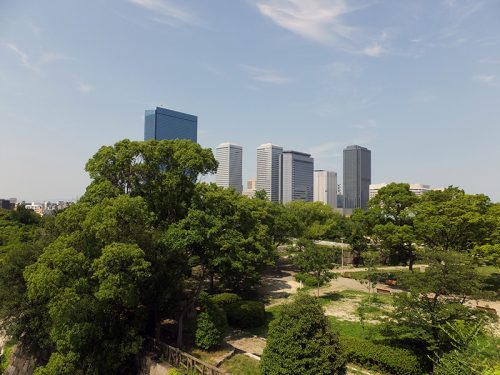 大阪城公園からビル群を